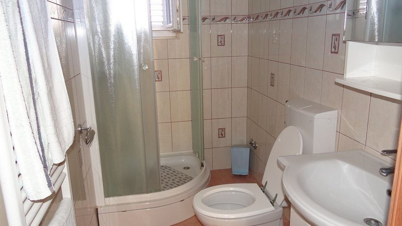 A2(6+2): bathroom with toilet