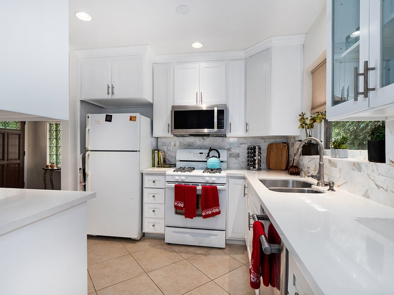 Centrally located WLA 2BR 2 ba house, vacation rental in Culver City