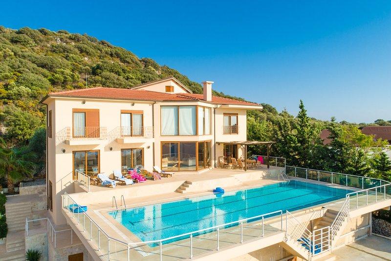 Hermosa villa con piscina privada y terraza con vistas panorámicas al mar.