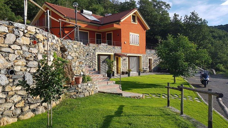 appartamento in Liguria nel verde della campagna con vista sul mare di Alassio, aluguéis de temporada em Alassio