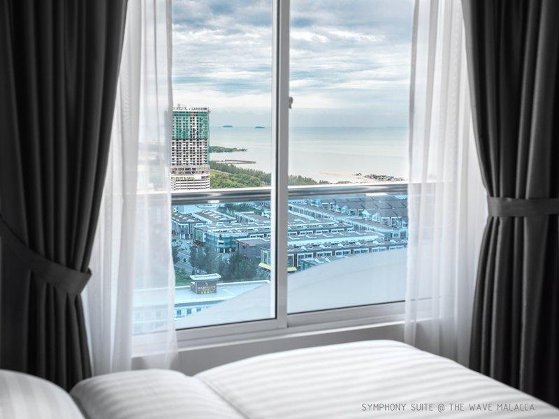 Vista de la habitación principal - Vista de la piscina / Vista del mar y la ciudad