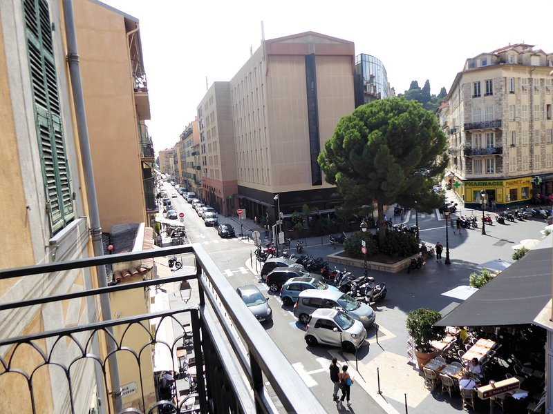 Friendly apartment on charming Place du Pin – semesterbostad i Nice