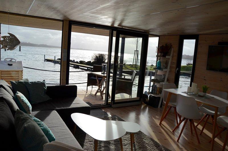 Des baies vitrées panoramiques offrant une vue magnifique sur l'eau ...