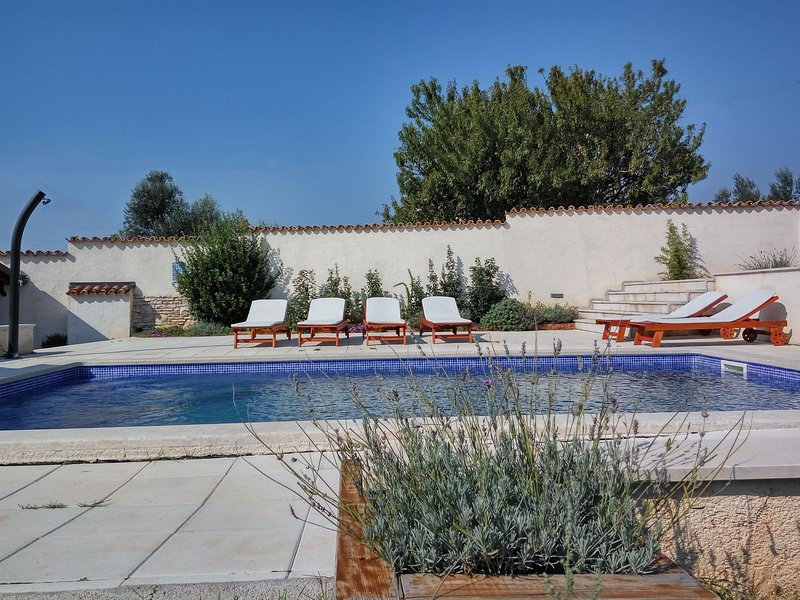 Sabina house with two apartments and a pool, vacation rental in Pula