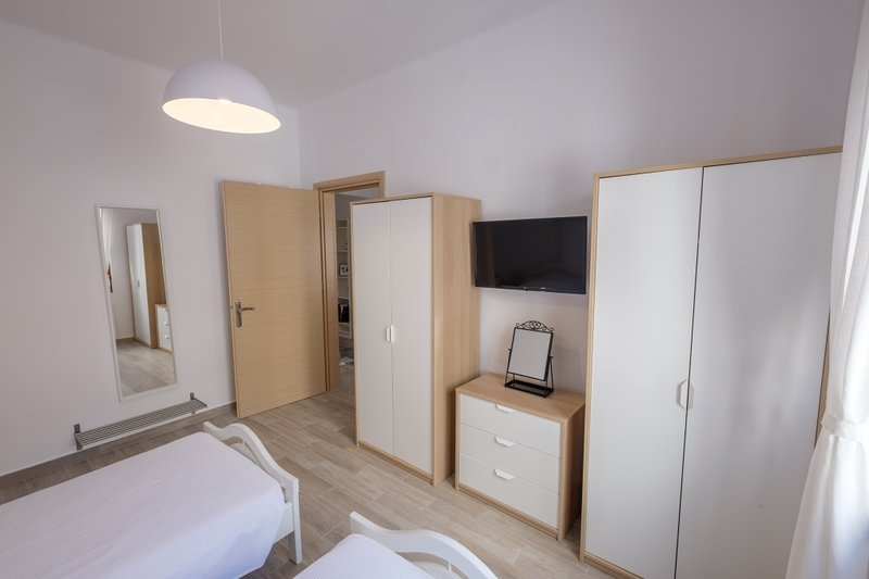 Small Bedroom (2 Single Beds)