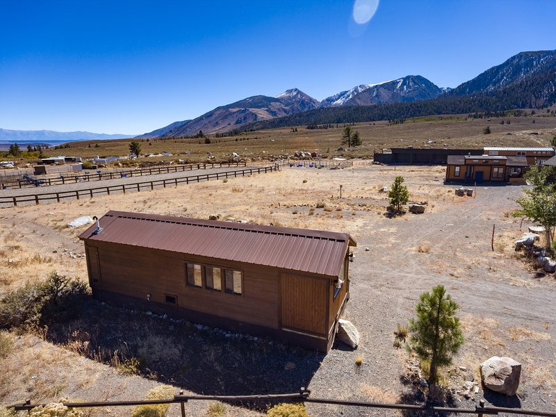 Crowley Cabin at Sierra Meadows Ranch in Mammoth Lakes sleeps up to 6, alquiler de vacaciones en Lagos Mammoth