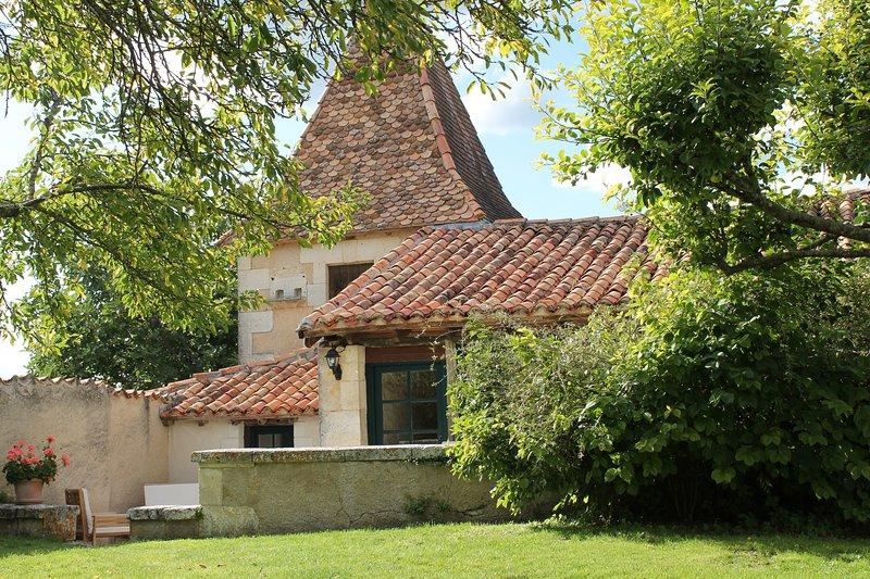 Le Pigeonnier, Le Manoir de Longeveau, holiday rental in Petit-Bersac