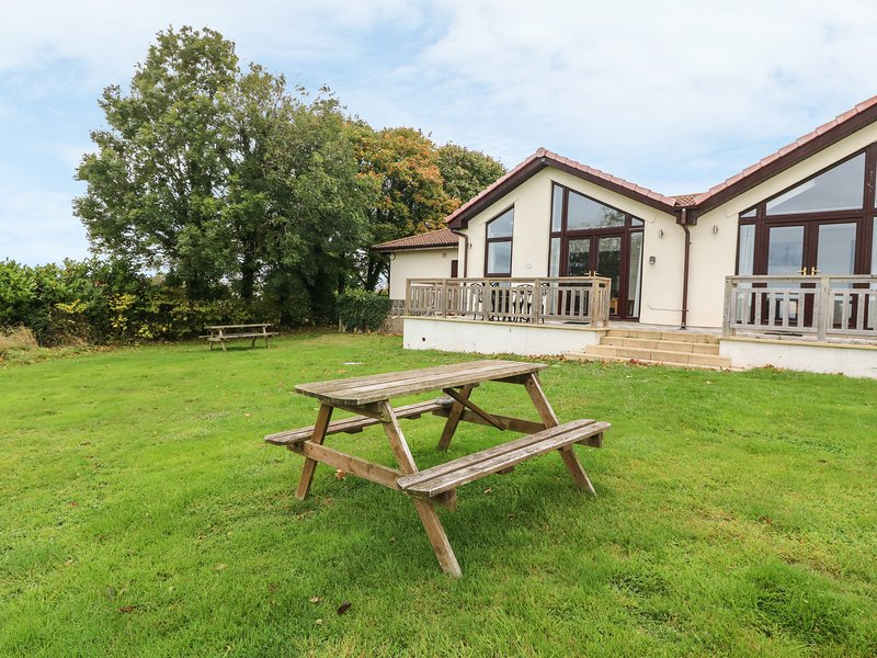 KEEPERS COTTAGE, open plan living, WIFI, decking with sea views, Ref 954772, holiday rental in Sidford