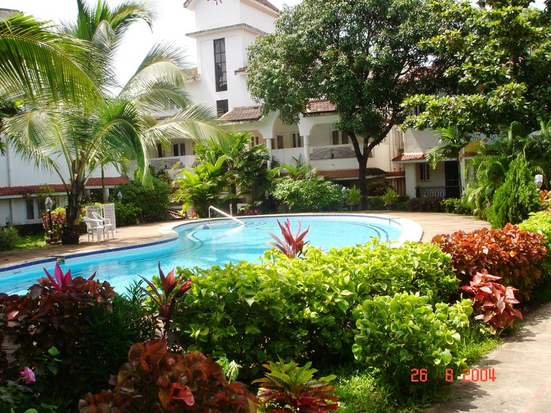 A beautifully furnished 1 BHK Apt. in a Gated complex with a pool, holiday rental in Vagator