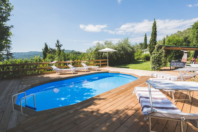 Beautiful house with swimming pool surrounded by greenery, modern, luxury finish, vacation rental in Monteggiori