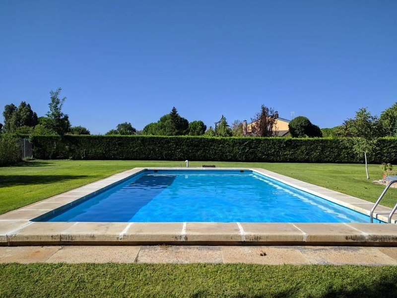Spacious villa with swimming-pool, holiday rental in Cabezon de Pisuerga