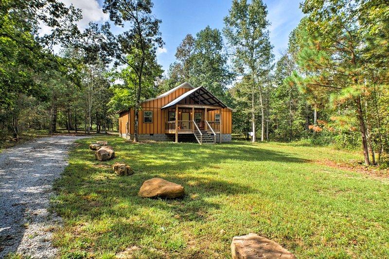 Peaceful Cabin w/Deck, 3 Mi to Little River Canyon, casa vacanza a Cedar Bluff