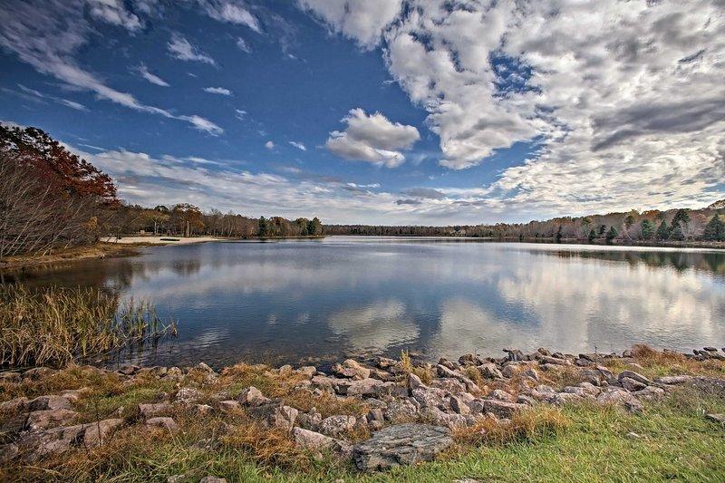 Prepara un picnic e raggiungi il lago della comunità di Brier Crest Woods!