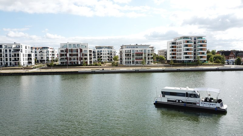Großes und modernes Hausboot für einen entspannten Urlaub, aluguéis de temporada em Parchim