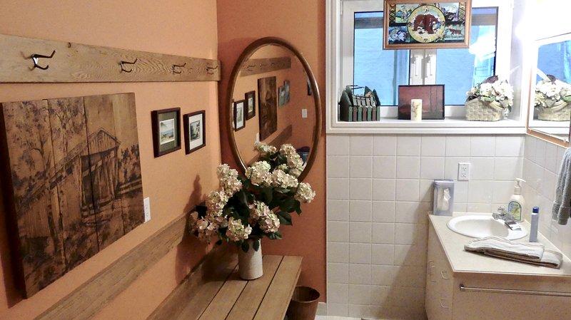 Bagno in tre pezzi per gli ospiti del River Rock, in fondo al corridoio della suite River Rock.