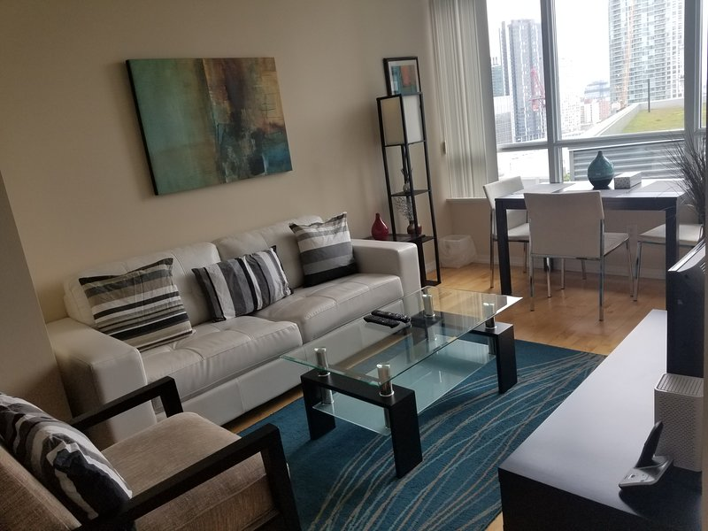 1 Bed + Den Downtown Condo next to harbour, alquiler de vacaciones en Toronto