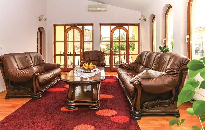 5 Bedroom Apartment Nova with swimming pool, holiday rental in Kastel Kambelovac