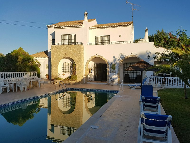 Luxury Family Villa With Private Pool. Great Access To Beaches, Mountains, Shops, location de vacances à Poio