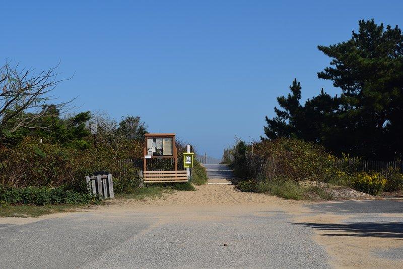 Acceso a la playa al final de la calle.