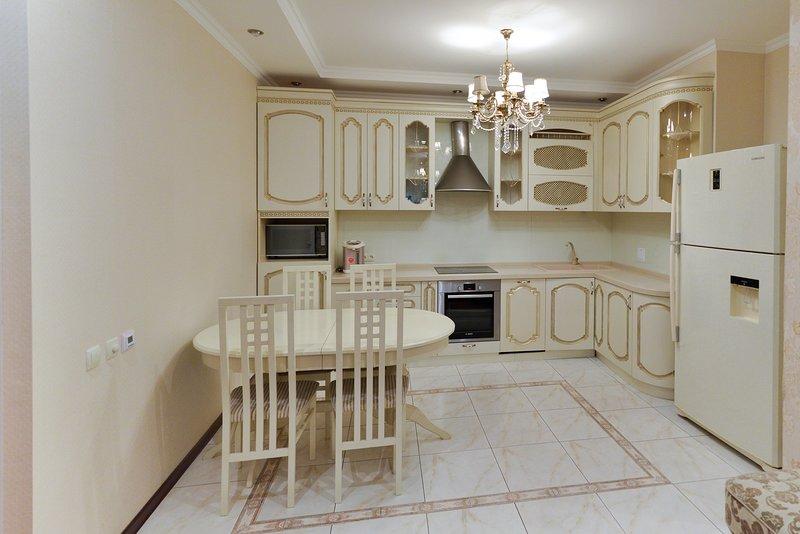 Apartment on Dostyq with 3 bedroom, aluguéis de temporada em Cazaquistão