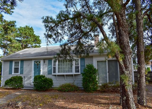 Lovely ranch home with a 10x10 sunroom and a fenced yard, location de vacances à South Harwich