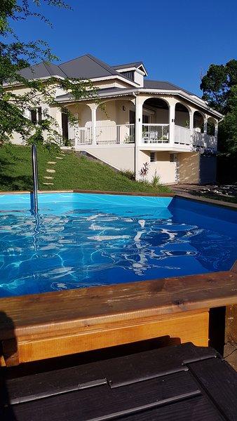 Vue de la maison depuis la piscine hors-sol