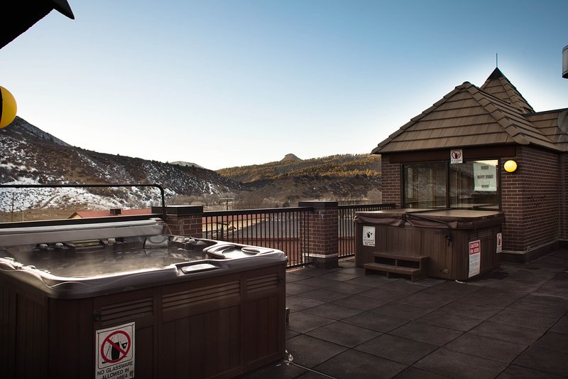 Mountainside Resort 1 bedroom with 2 outdoor hot tubs & close to museums, holiday rental in Durango