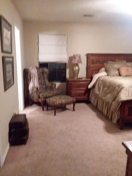 Master Ensuite w/ King bed, sit area, night stands Armoire w/ tv Dvd. Bath w/tub/shwer 2 vanities