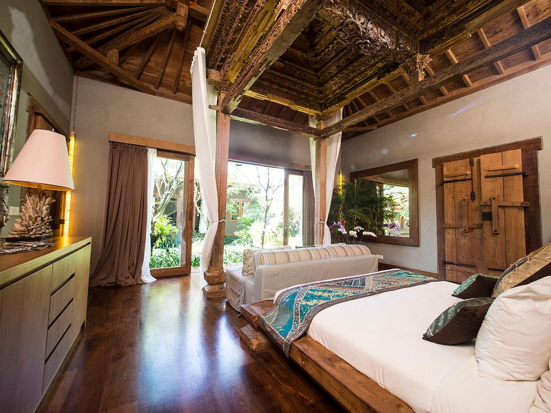 Villa Shambala - Tree lined pool