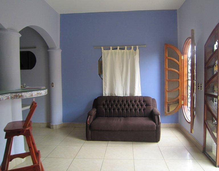Sala de estar frente a su patio privado.