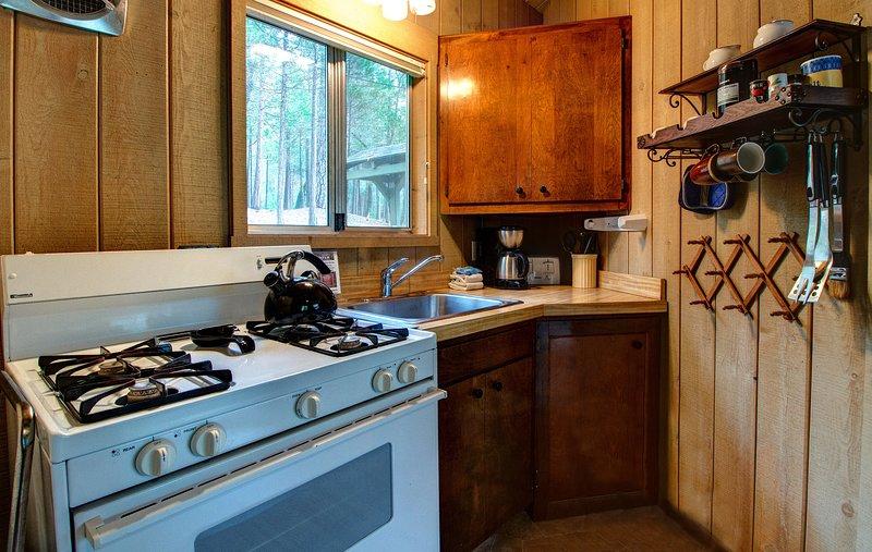 La cuisine est entièrement équipée avec tout le nécessaire pour cuisiner et se restaurer.