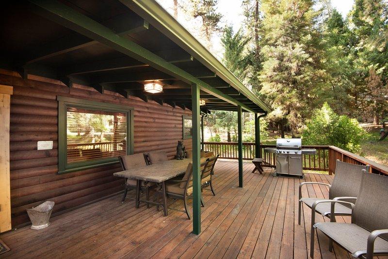 Terrasse et barbecue à gaz et des sièges pour 6 personnes