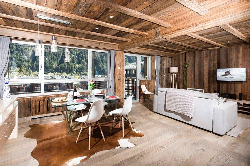 Zonnige, lichte woonkamer met extra leunstoel (niet afgebeeld)