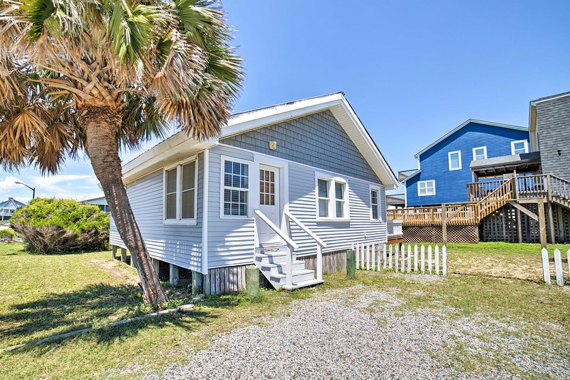 Oak Island Home w/Deck & Grill-Steps to Ocean, location de vacances à Caswell Beach