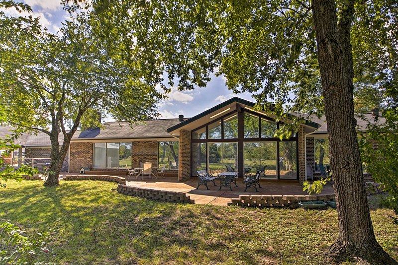 Dias despreocupados no Ozarks esperam por esta casa de férias em Gassville.