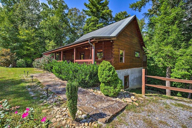 'Whispering Pines' è una cabina per le vacanze in Cedar Falls Resort!
