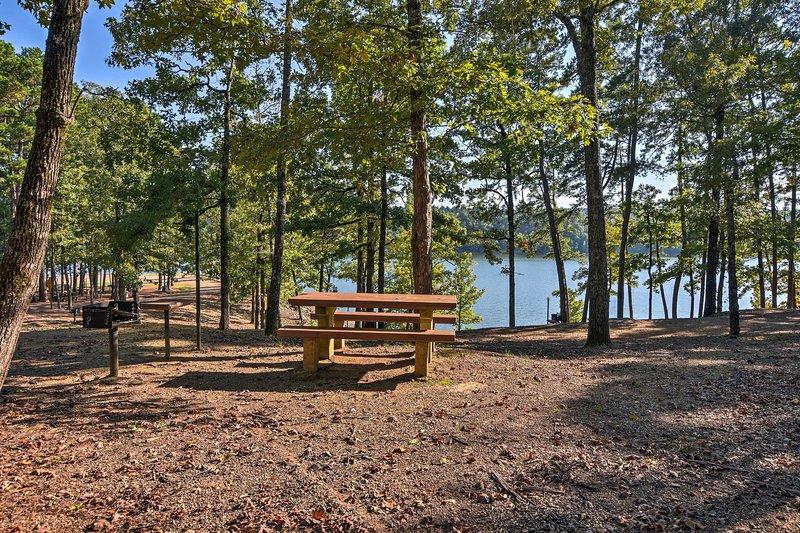 La proprietà si trova appena a nord del lago Greeson.