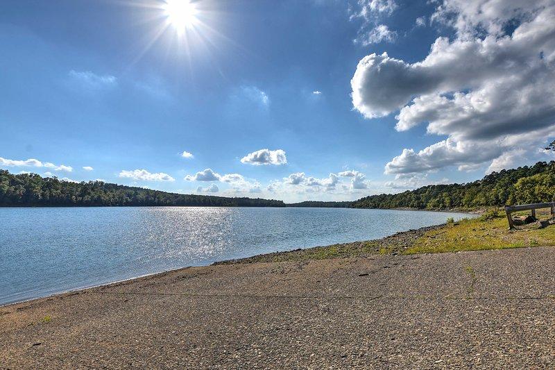 Prendete i tubi per bambini o lo sci d'acqua sul lago.