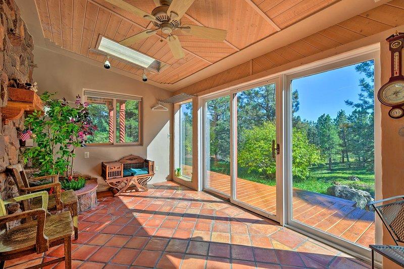 Con 5 acres privados, 4 dormitorios y 3 baños, esta casa ofrece una excelente estadía.