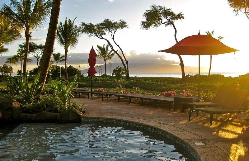 Atrapa uno de los famosos atardeceres de West Maui desde el resort