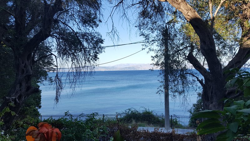 Sea view for 6 to 9 people 30 meters from the beach, vacation rental in Perama