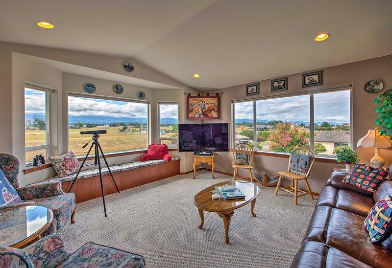 Charming Sequim House w/ Olympic Peninsula Views!, holiday rental in Carlsborg