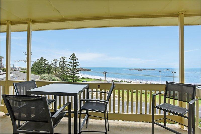 Dolphins Beachfront Apartment no 7 + WIFI - Port Elliot - A View to Remember, alquiler de vacaciones en Port Elliot