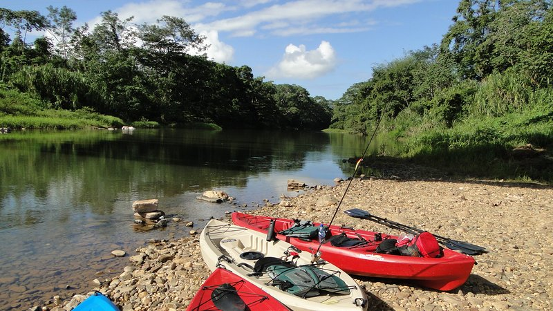 Prêt pour le kayak sur la magnifique rivière Sittee.