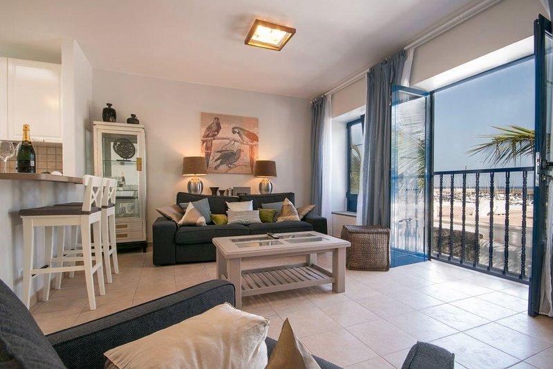 Stylish apartment in Puerto Calero with marina & sea views, vacation rental in Puerto Calero