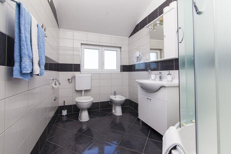 H (10): salle de bain avec toilette