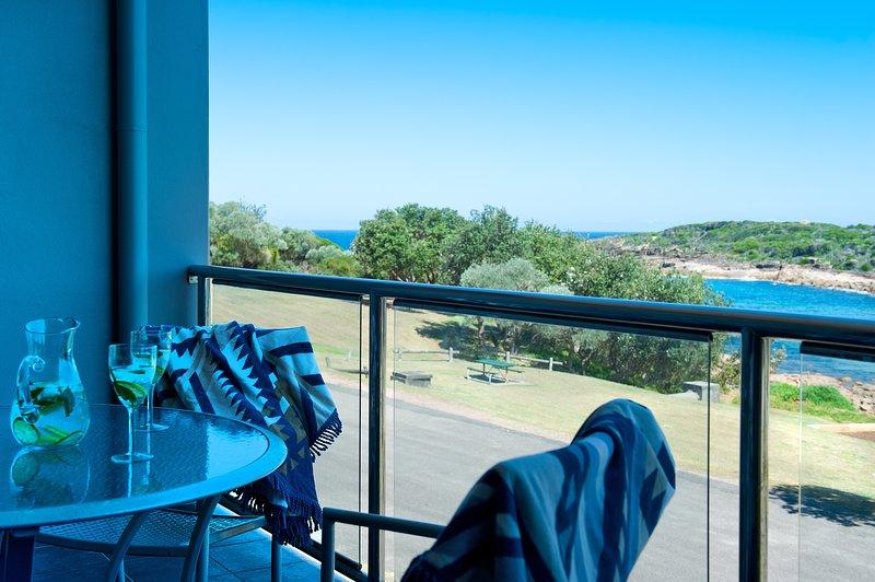 Relájese en el balcón con vistas a la playa.