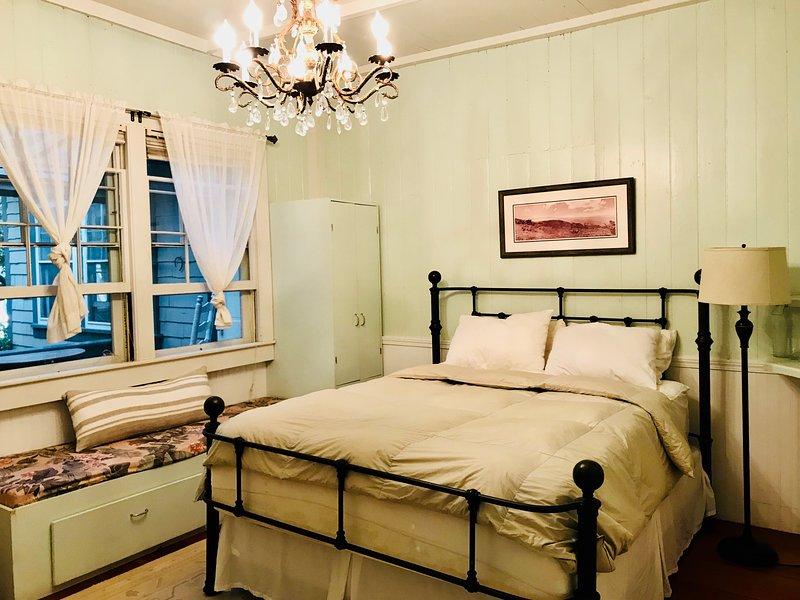 La camera da letto ha il classico fascino hawaiano in questa originale casa del 1840.