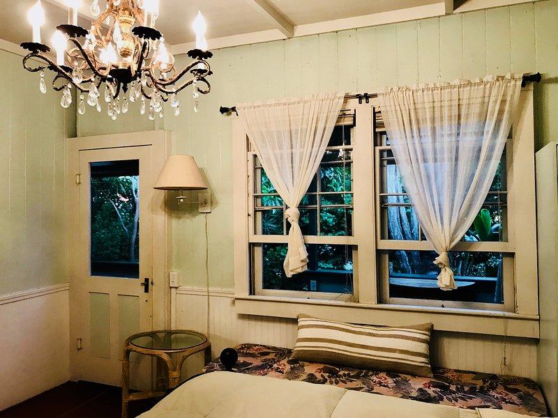 Vista del lanai giardino dalla camera da letto. Svegliatevi con la brezza e il suono degli uccelli