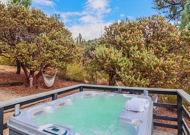Secluded 'Ivanhoe' Cabin with a Hot Tub & Magnificent Views, holiday rental in Idyllwild